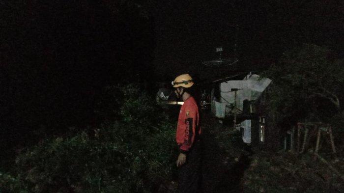 Tebing Lima Meter Longsor di Cicurug Sukabumi, Rumah Terancam Ambles, Jalan Tak Bisa Dilalui Mobil