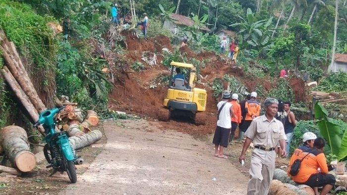 Longsor Timbun Jalan di Blok Lamping Ciamis, Hubungan Cikupa - Margamulya Terputus