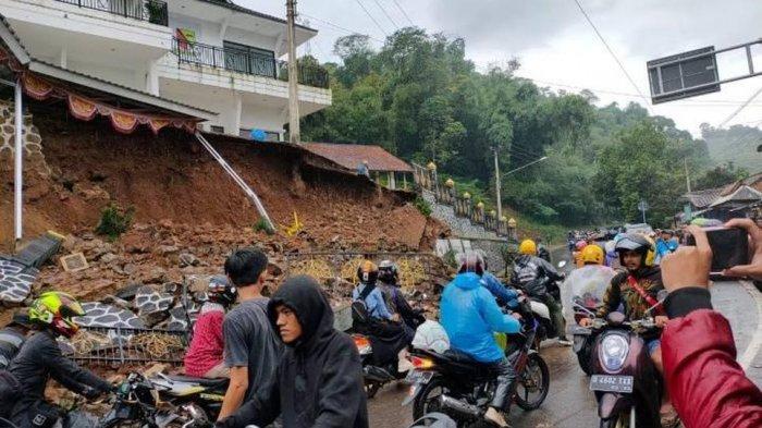 BREAKING NEWS: Tembok Penahan Tanah di Sukajadi Soreang Longsor, Ada Mobil Penyok, Lalu Lintas Macet