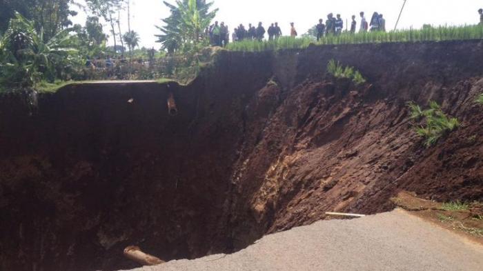 Akses Jalan Nasional Kuningan-Ciamis Lumpuh, Tertutup Longsoran Tebing, Arus Lalin Dialihkan Ke Sini