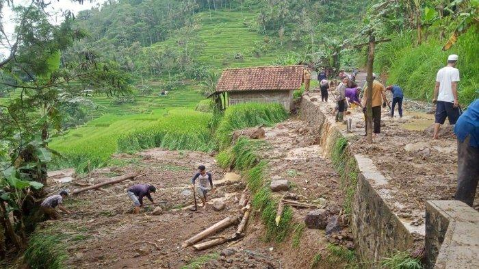 Tebing 15 meter yang Timbun Jalan Kampung di Panawangan Sudah Disingkirkan, Warga Gotong Royong