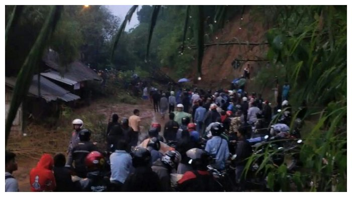BREAKING NEWS! Longsor, Arus Lalu Lintas Jalan Raya Pangalengan Lumpuh Total