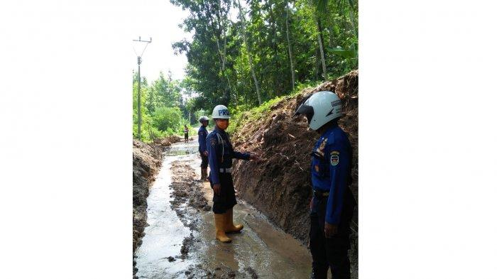 Longsoran Tanah Sempat Tutup Akses Jalan Menuju Kampung Sindangsari Purwakarta