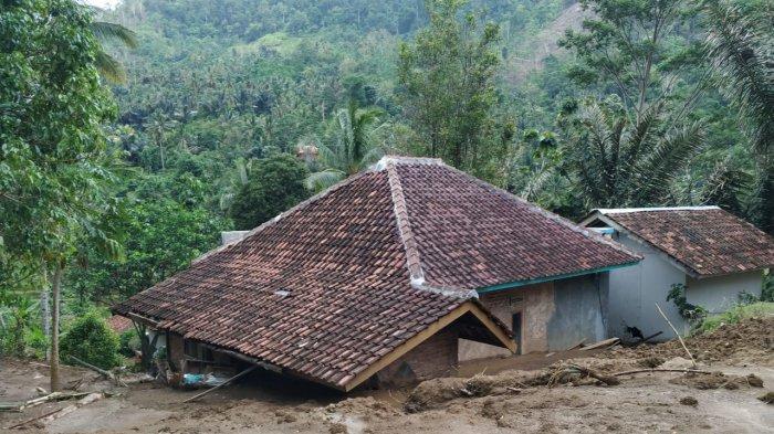 Longsor Timpa 7 Bangunan di Cisompet Kabupaten Garut, Dua Motor Pun Tertimbun