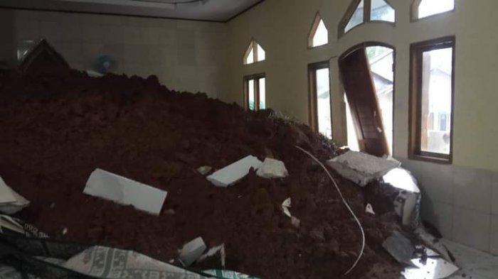 Bruk, Longsor Timpa Masjid di Ciemas Sukabumi, Ruangan Salat Hampir Dipenuhi Material Longsor