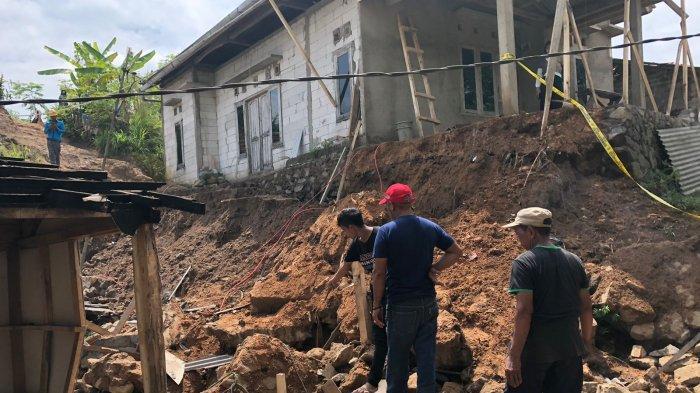 Benteng Longsor Timbun Warga di Cianjur, Butuh Dua Jam Bagi Tim untuk Selamatkan Amyo