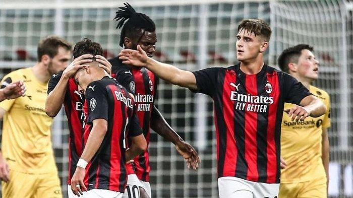 Lorenzo Colombo (kedua daari kanan), pemain AC Milan,  mencetak gol ke gawang Bodo/Glimt pada babak kualifikasi Liga Eropa,  di Stadion San Siro, Jumat (25/9/2020).