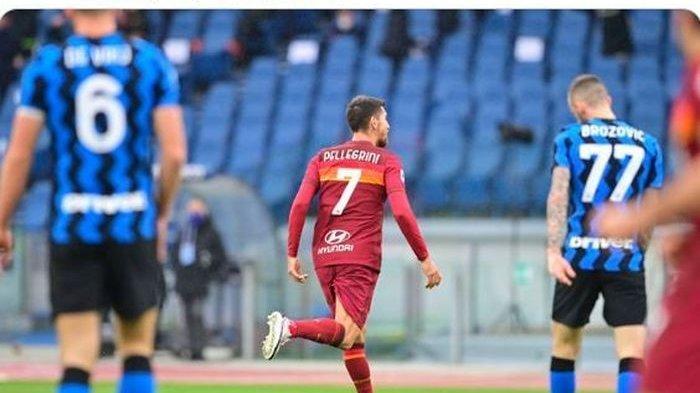 Lorenzo Pellegrini merayakan gol pertama AS Roma ke gawang Inter Milan pada laga Serie A Liga Italia di Olimpico, Minggu (10/1/2021). Pertandingan berakhir imbang 2-2.