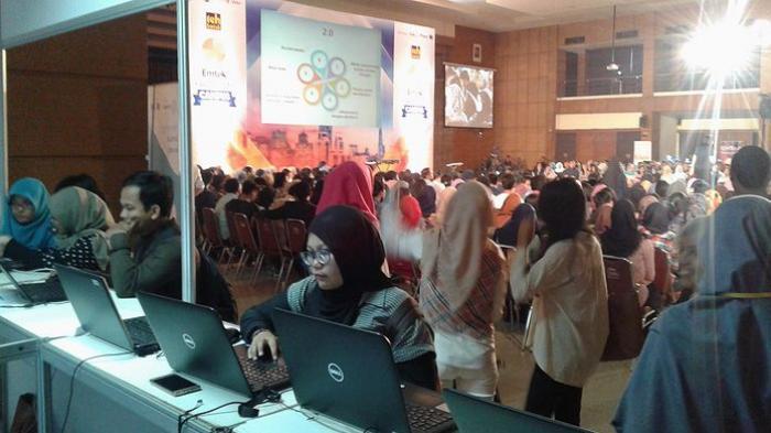 Mahasiswa sedang mencari lowongan kerja dengan mengisi data diri melalui karir.com dan mendengarkan talkshow dari para narasumber yang hadir, di Universitas Padjadjaran, Kota Bandung, Senin (10/10/2016).