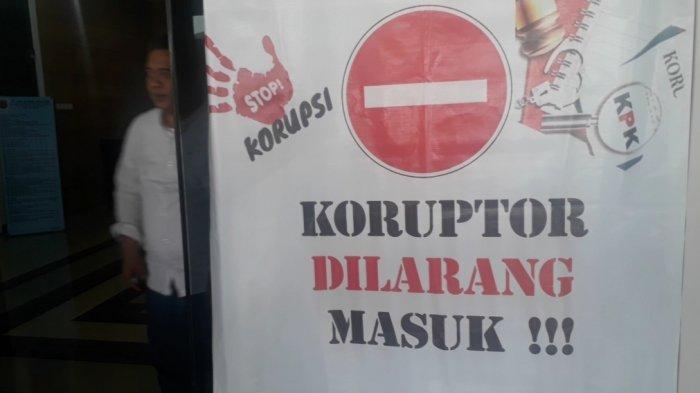 Mahasiswa Pasang Spanduk di Pintu Masuk Bale Kota Tasikmalaya, Koruptor Dilarang Masuk