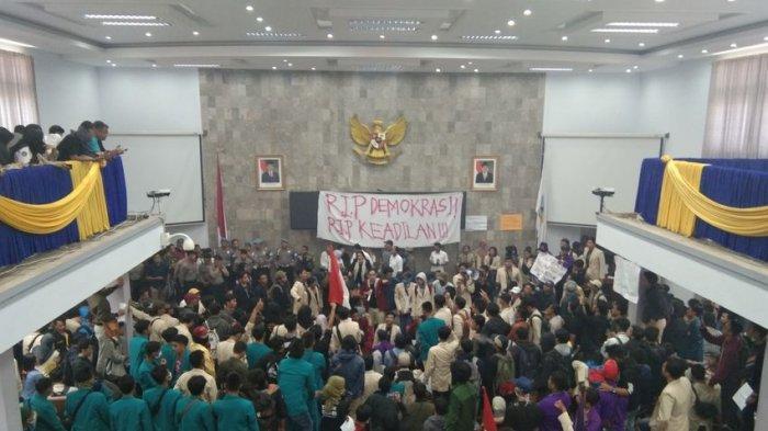 Mahasiswa Masih Kuasai Gedung DPRD Garut, Tunggu Kedatangan Euis Ida Wartiah