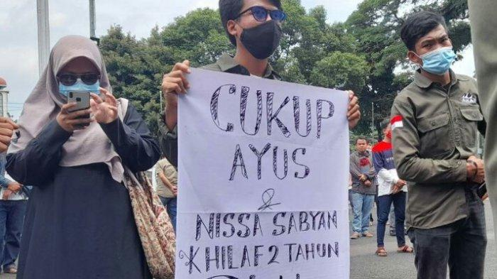 Mahasiswa Tabur Sampah di Kantor Bupati Subang, Demo Minta TPA Panembong Segera Dibenahi