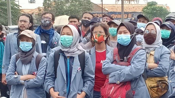 Sejumlah mahasiswi ikut aksi unjuk rasa menolak UU Cipta Kerja di Cileunyi, Kabupaten Bandung, Kamis (8/10/2020).