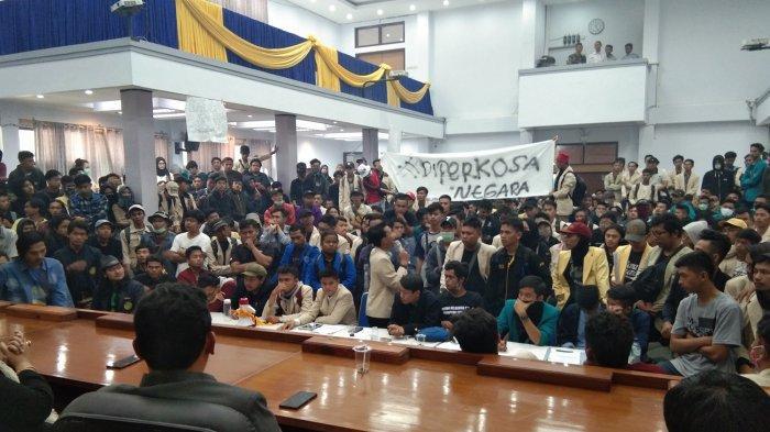 Ketua DPRD Sedang Berduka, Tak Bisa Temui Mahasiswa, Mahasiswa: Rakyat Indonesia Juga Sedang Berduka