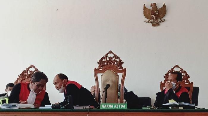Majelis hakim yang mengadili Habib Bahar saat berembuk soal ketidakhadiran Ardiansyah, korban penganiayaan oleh Habib Bahar, Selasa (20/4/2021). Tribun Jabar/Mega Nugraha