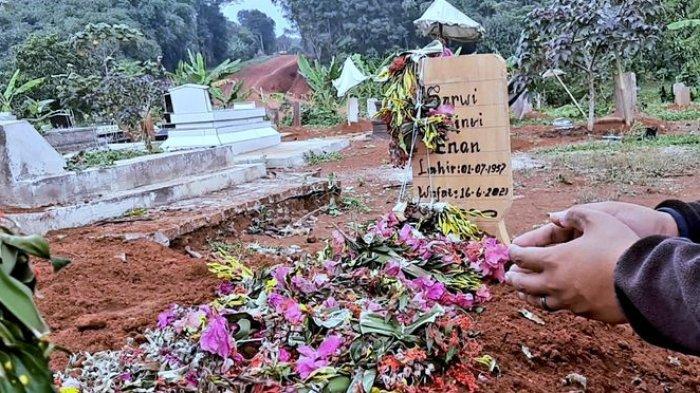 Makam Sarwi, nenek asal Kampung Batujaya, Desa Lengkong, Kecamatan Cipeundeuy Kabupaten Subang, yang meninggal sehari setelah disuntik vaksin.