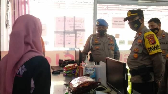 Personel Polres Tasikmalaya Kota memintai keterangan saksi karyawan minimarket Glow yang dibobol maling, Rabu (29/9/2021).