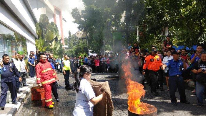 Tiba-tiba Saja Api Berkobar di Halaman Mal BIP, Karyawan Berlarian Ikut Padamkan Api