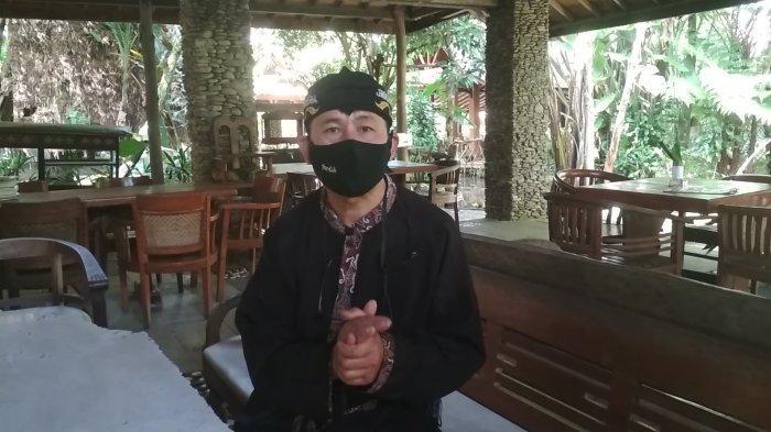 Manajer Operasional Sapu Lidi Cafe, Resort and Gallery, Irwan Nuryawan, saat tengah diwawancarai di kafe itu di Jalan Sersan Bajuri, Desa Cihideung, Kecamatan Parongpong, Kabupaten Bandung Barat (KBB), Jumat (16/4/2021).