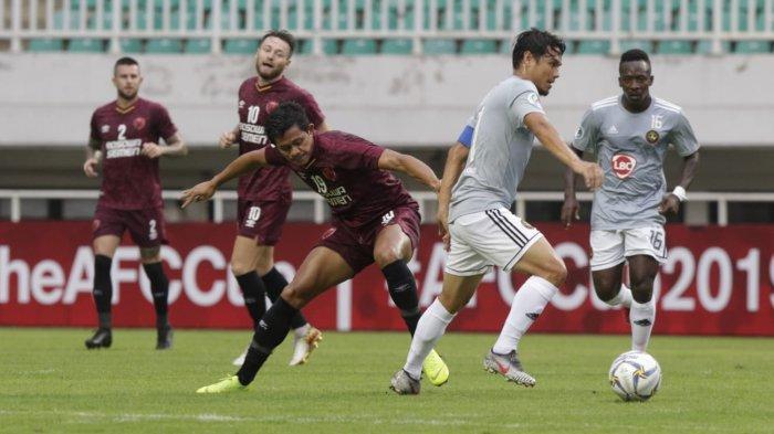 Pemain PSM Makassar, Rizky Pellu berebut bola dengan pemain Kaya FC, Marwin Angeles