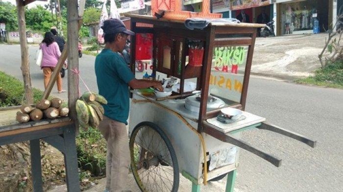 Penjual Bakso dari Bandung Ditendang Pengendara Mobil sampai Terpental, Videonya Viral