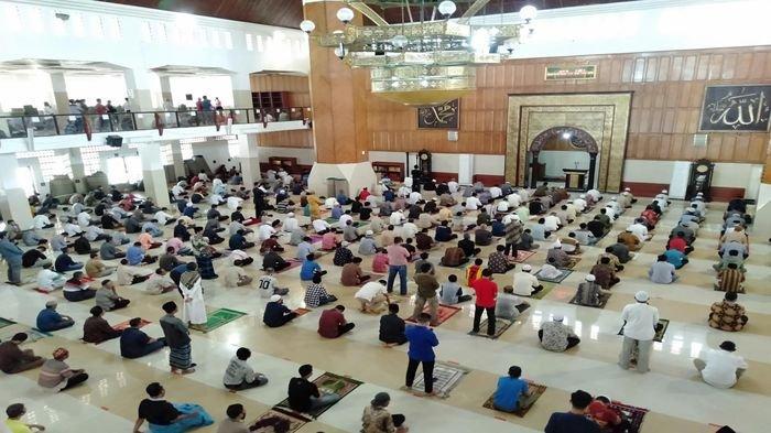 Masjid Agung Kota Tasikmalaya kembali digunakan solat Jumat memasuki penerapan PSBB tahap kedua yang dibarengi AKB, Jumat (5/6/2020).