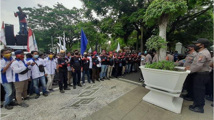 Selain Menolak Omnibus Law, Massa FSPMI Tuntut Bupati Menaikkan UMR Kabupaten Cirebon
