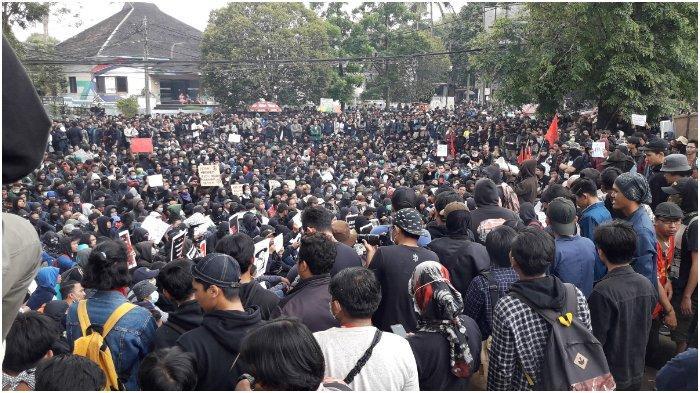 Sekelompok Orang Berpakaian Hitam Berkumpul di Depan Gedung DPRD Jabar