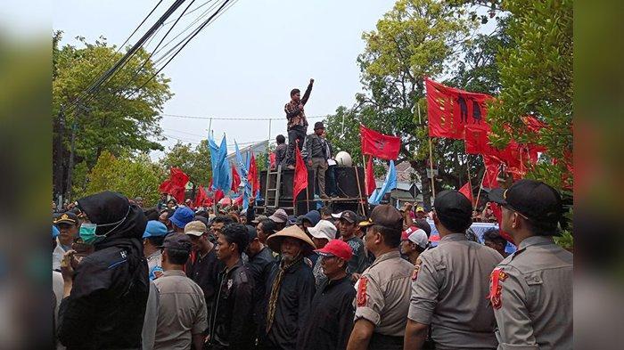 Hari Tani Nasional, Para Petani dan Nelayan Demo di Depan Gedung DPRD Kabupaten Indramayu