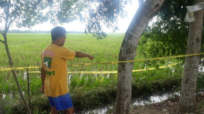 Seorang saksi mata menunjukkan tempat ditemukannya mayat terbungkus kasur di Karawang.
