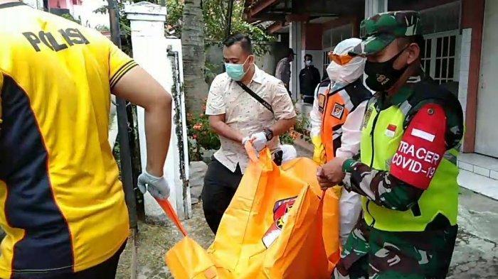 Petugas membawa jasad korban ke RSU dr Soekardjo, Kota Tasikmalaya, Jumat (19/2).