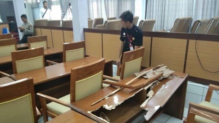 Buntut Demo Mahasiswa di Garut, Meja Anggota Dewan Hancur