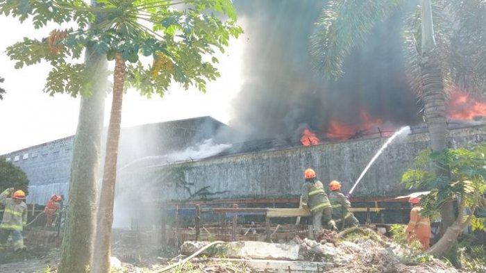Kondisi Terkini Kebakaran Pabrik Sepeda di Bacip Bandung, Petugas dan Warga Terpaksa Jebol Dinding