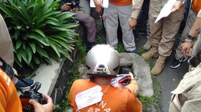 Rekonstruksi Pembunuhan Delis Sempat Tertunda, Warga Padati Tempat Delis Dimasukkan ke Gorong-gorong