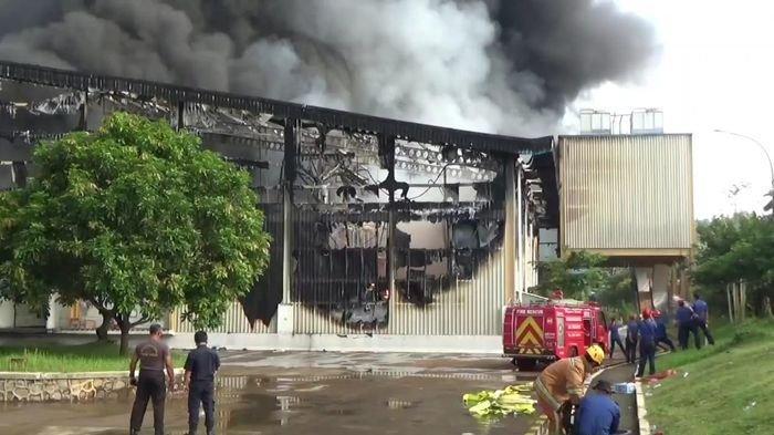 Petugas Pemadam Kebakaran Terkendala Mencari Sumber Air Saat Padamkan Api di PT Dunia Daging