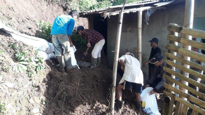 Hujan Deras, Rumah Milik Warga di Majalengka Jebol Dihantam Longsor