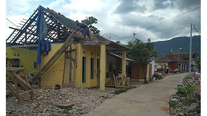Rumah Warga Terdampak Reaktivasi Jalur Kereta Api Cibatu-Garut Mulai Dibongkar
