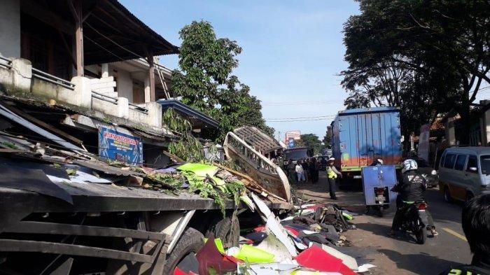 Foto-foto Kecelakaan Maut di Cianjur Tewaskan 4 Orang, Truk Hancur Akibat Tabrakan, Rumah Tertabrak