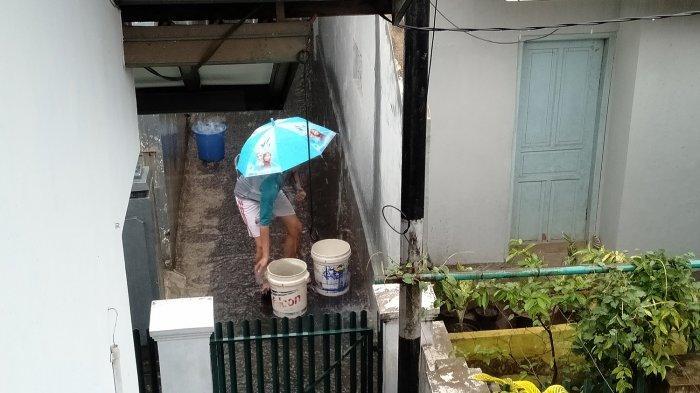 Hujan Deras Turun di Kota Tasikmalaya, Warga Ramai-ramai Tampung Air untuk Keperluan Sehari-hari