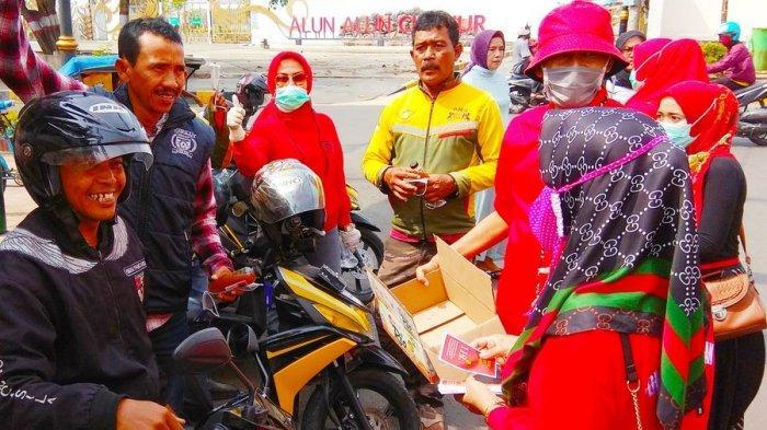 Warga Cianjur Berebut Masker dan Hand Sanitizer, Diedukasi Rajin Cuci Tangan & Pakai Masker