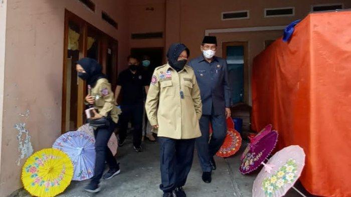 Kunjungi Pengrajin Payung Geulis, Mensos Risma Ingatkan Hal Ini Agar Tetap Eksis Di Tengah Pandemi