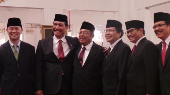 Thomas Lembong, Luhut Binsar Pandjaitan, Darmin Nasution, Rizal Ramli, Pramono Anung dan Sofyan Djalil, saat akan dilantik menjadi menteri oleh Presiden Joko Widodo, di Istana Negara, Jakarta, Rabu (12/8/2015).