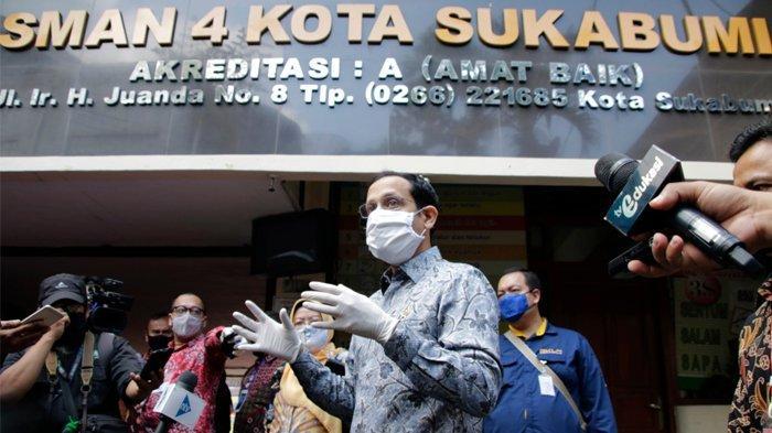 Menteri Kemdikbud Nadiem Makarim meninjau SMAN 4 Sukabumi terkait kegaiatan belajar pada masa adaptasi kebiasaan baru.