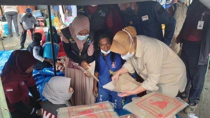 Mensos Bawa Kompor Gas dan Tempe Orek untuk Korban Banjir Bandang di NTT