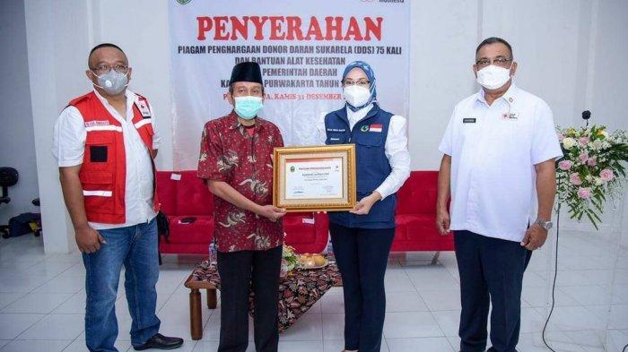 Bupati Purwakarta Serahkan Penghargaan ke 16 Orang yang Telah Donor 75 Kali dan Berikan Ini ke PMI