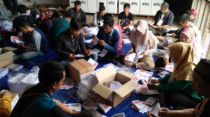 KPU Kota Tasikmalaya Mulai Menyortir dan Melipat Surat Suara Pemilu 2019