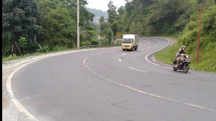 Menyusul larangan mudik, ruas jalan negara Bandung-Tasikmalaya di kawasan berbelok-belok Gentong, pada H-2 Idul Fitri 1441 H benar-benar sepi, Jumat (22/5).