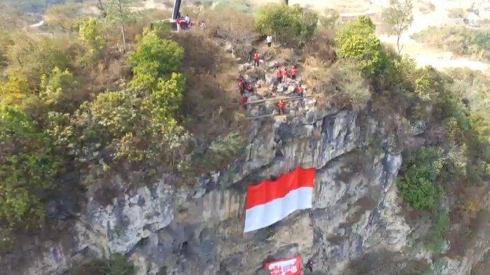 HUT ke-74 RI, Bendera Merah Putih Berkibar di Tebing Citatah 48 Gunung Manik KBB