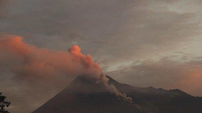 Gunung Merapi Muntahkan Lava Pijar, Warga Diminta Tarus Update Informasi dari BPBD