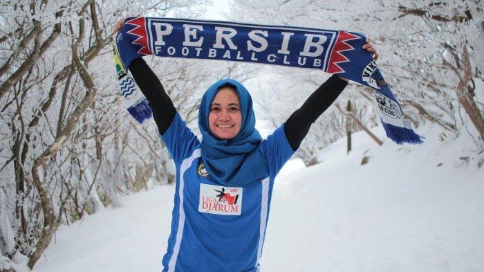 Mia merupakan istri dari almarhum Panglima Viking Ayi Beutik yang meninggal dunia pada Agustus 2014. Pada November 2014, Persib Bandung juara Liga Super Indonesia (2014).